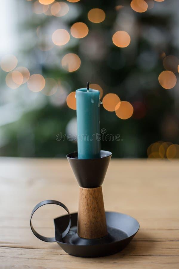 Kaarshouder en Kerstboom en bokeh stock afbeeldingen