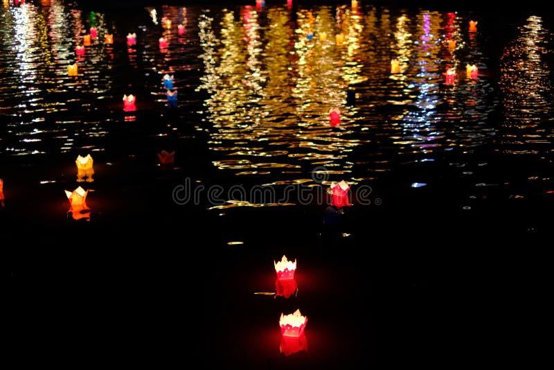 Kaarslantaarns die op een rivier onder kleurrijke bezinningen tijdens nacht in Hoi An, Vietnam drijven stock foto's