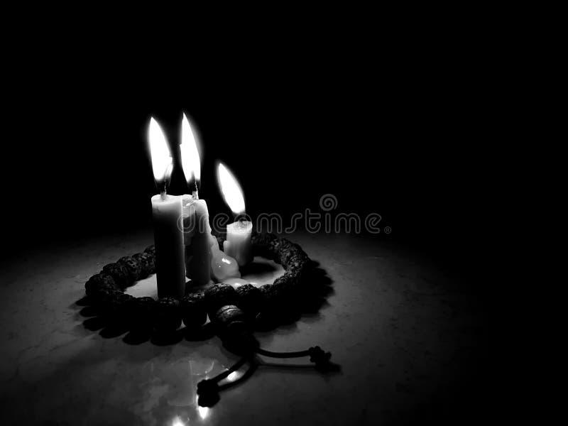 Kaarslicht in dark stock fotografie