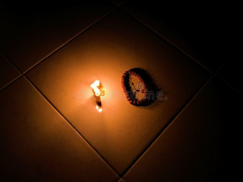 Kaarslicht in dark royalty-vrije stock afbeeldingen
