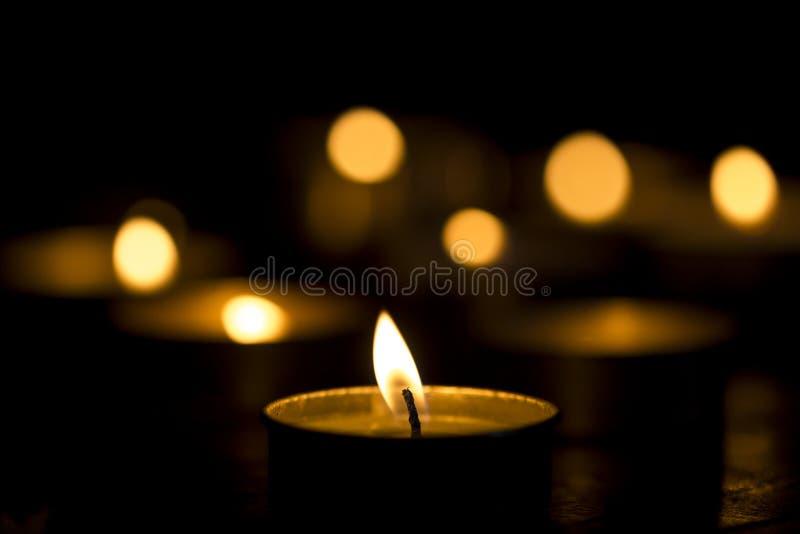 Kaarslicht in Dark stock foto