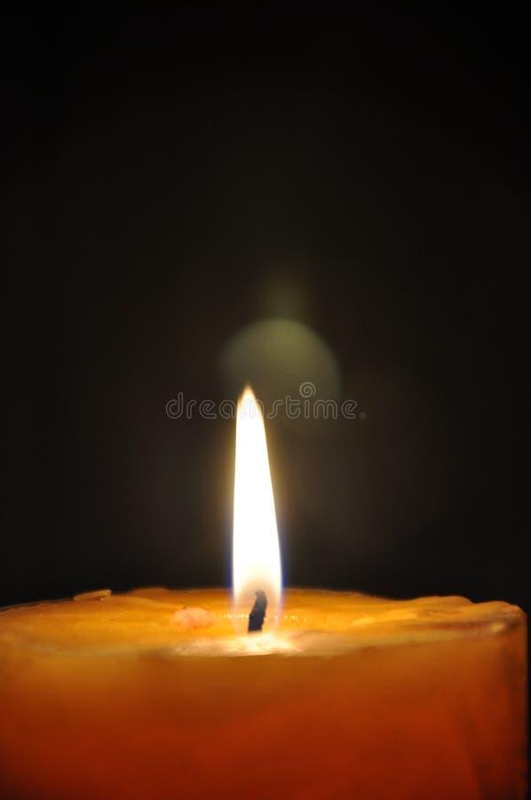 Kaarslicht de donkere nacht Het gele, oranje kaars branden, gele vlammen en donkere, zwarte achtergrond stock foto's