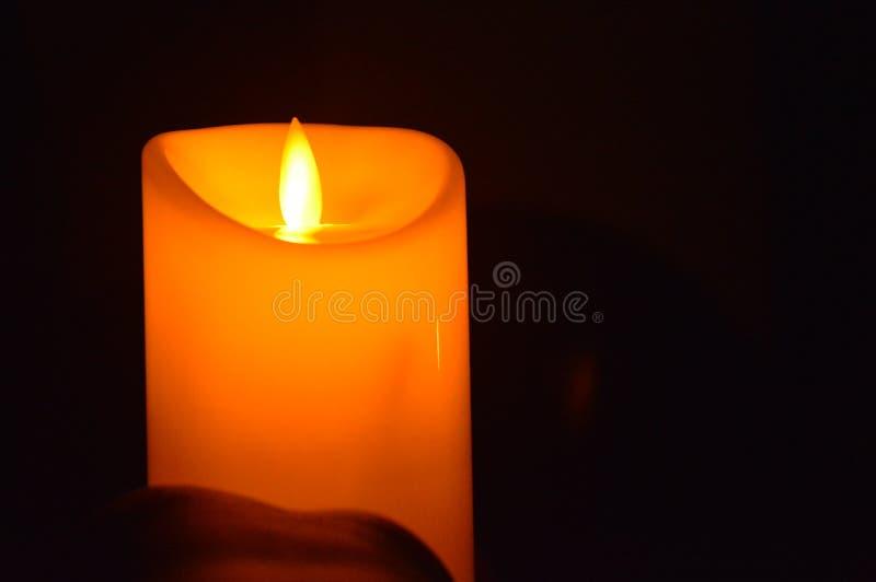 Kaarslicht in de duisternis royalty-vrije stock afbeeldingen