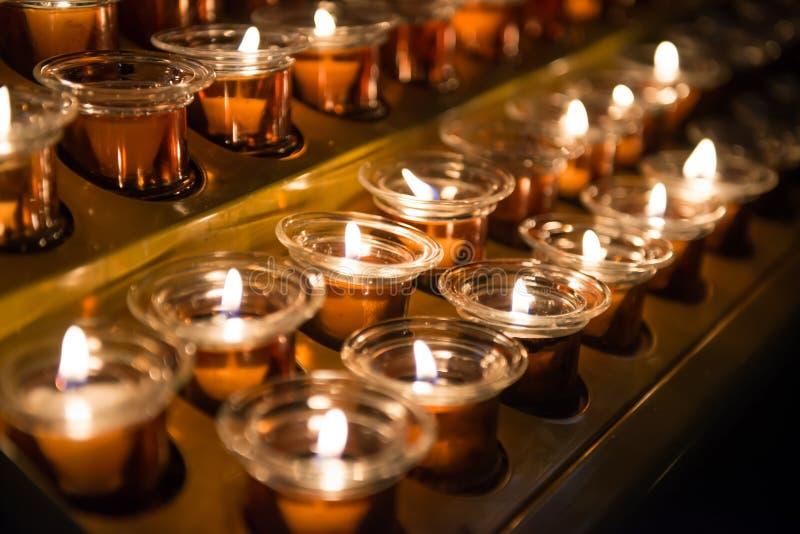 Kaarslicht in de kerk stock afbeelding