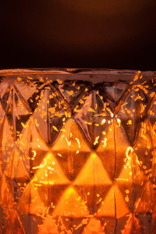 Kaarslicht in een Gespikkelde Orkaanvaas stock foto's