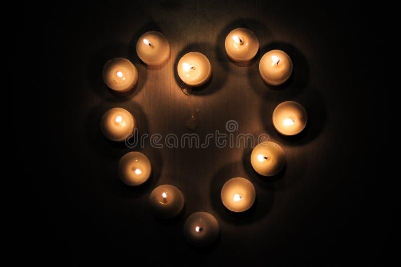 Kaarslicht in hartvorm stock foto's