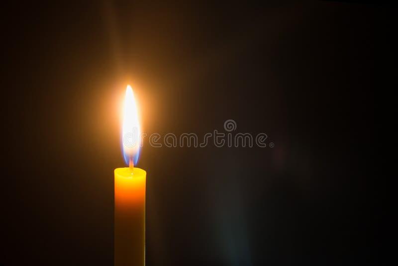 Kaarslicht op zwarte achtergrond royalty-vrije stock foto's