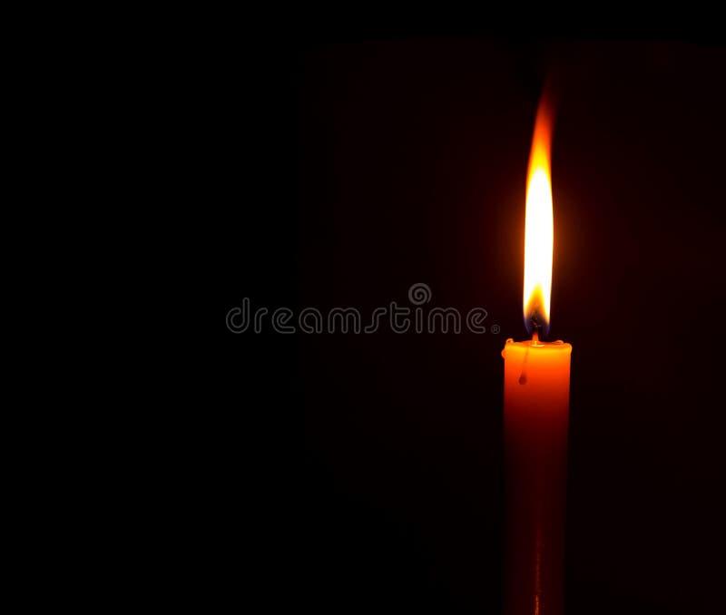 Kaarslicht voor spiritualiteitceremonie tegen zwarte stock foto's