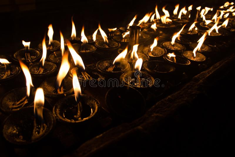 Kaarslichten bij de tempel stock foto's