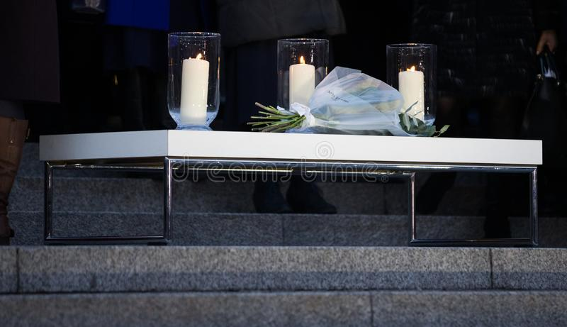 Kaarslichtwake - Drie Kaarsen en Bloemen royalty-vrije stock afbeeldingen