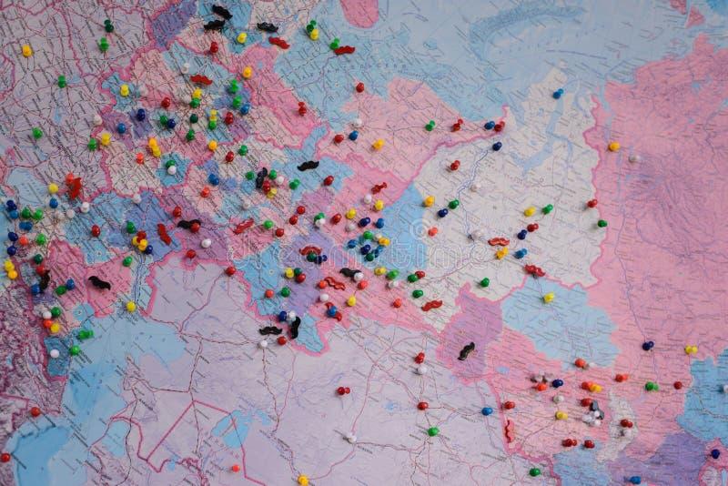 Kaart duidelijke bestemmingen met gekleurde duidelijke spijkers stock afbeeldingen