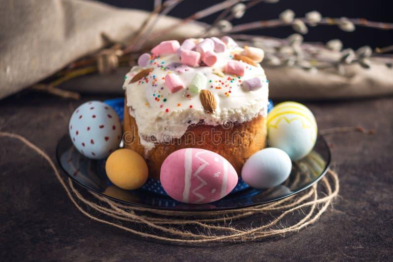 Kaart met traditionele desserts en kleurrijke eieren in rustieke stijl op een donkere achtergrond Gelukkige Pasen royalty-vrije stock foto