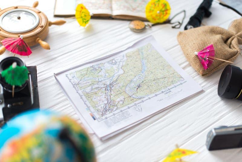 Kaart op witte houten achtergrond Reizigers` s toebehoren stock foto's