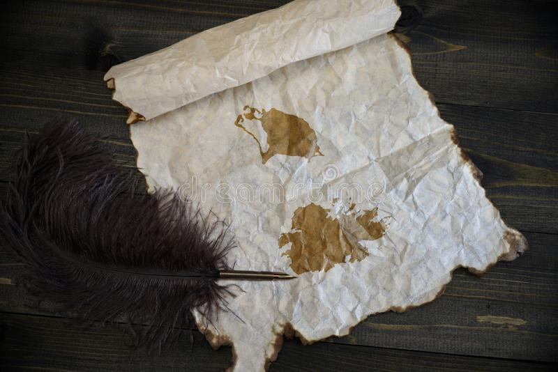 Kaart van antigua en Barbuda op uitstekend document met oude pen op het houten textuurbureau royalty-vrije stock foto