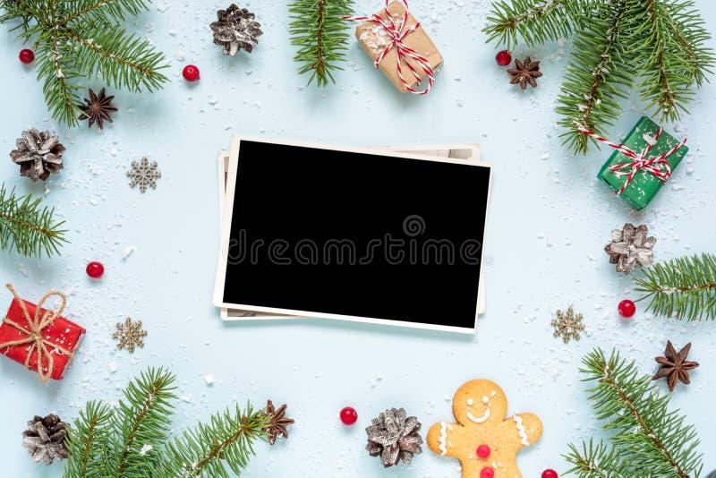 Kaart van de Kerstmis vertakt de lege die foto zich in kader van spar wordt gemaakt, decoratie en giftdozen stock afbeeldingen