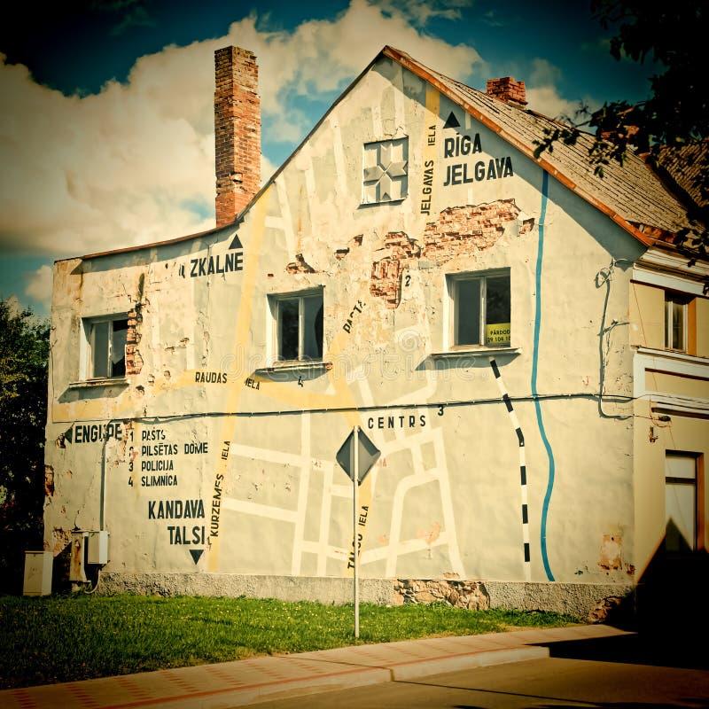 Kaart van de stad op een huismuur in Tukums, Letland stock foto