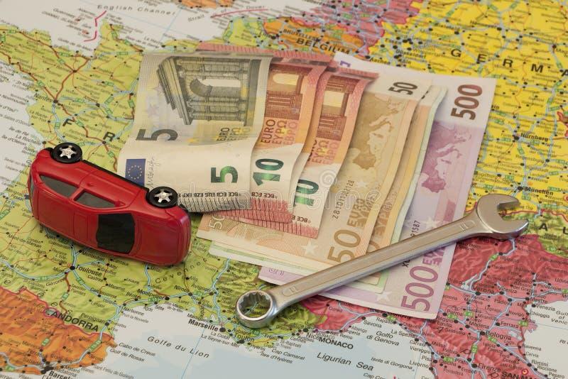 Kaart van Europa, gebroken auto en euro geld royalty-vrije stock foto