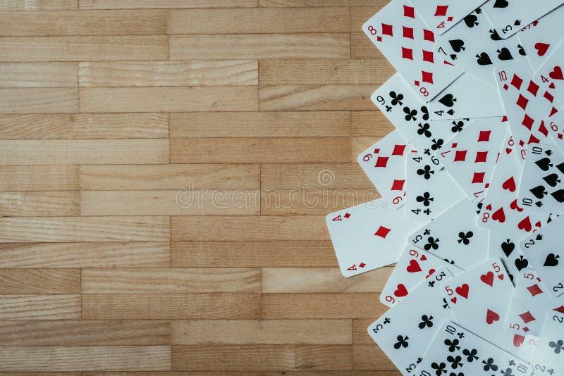 Kaarten die op rustieke houten lijst, speelkaarten liggen De ruimte van het exemplaar stock foto's