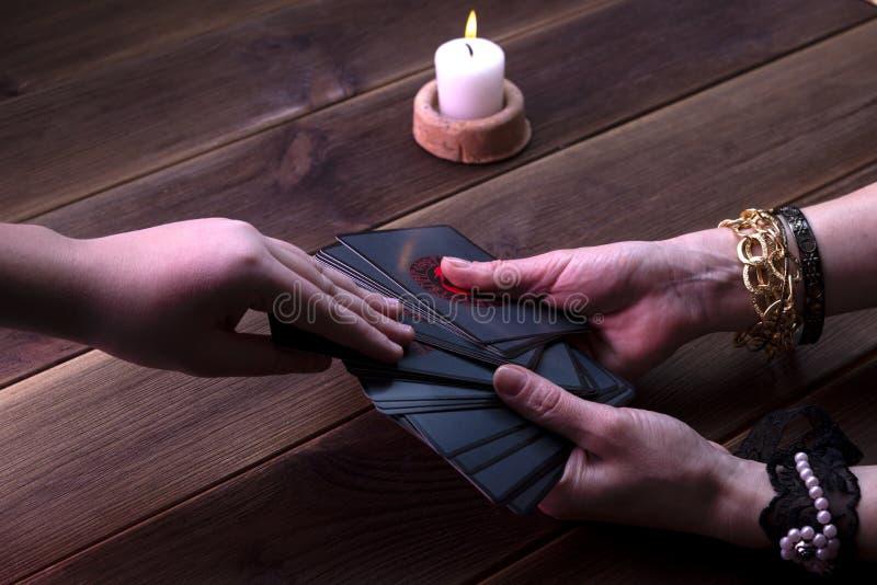 Kaarten voor het vertellen van fortuin, runische kaarten voor verspreiding op een houten tafel Toebehoren voor forensisch vertell royalty-vrije stock afbeeldingen