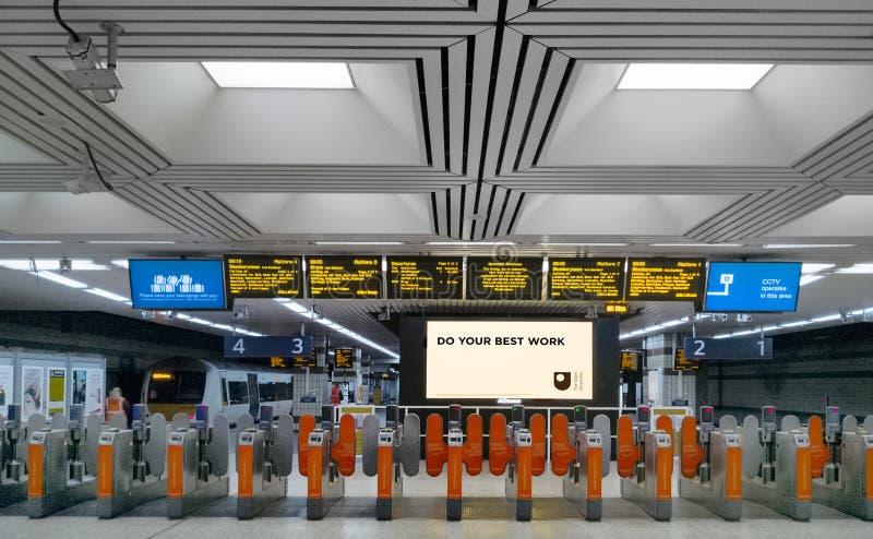 Kaartjespoorten bij de ingang van een station van Londen Fenchurch royalty-vrije stock fotografie