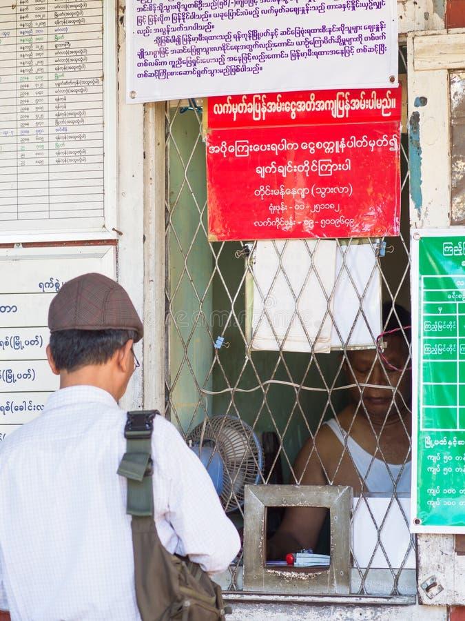 Kaartjesteller bij station in Yangon, Myanmar stock fotografie