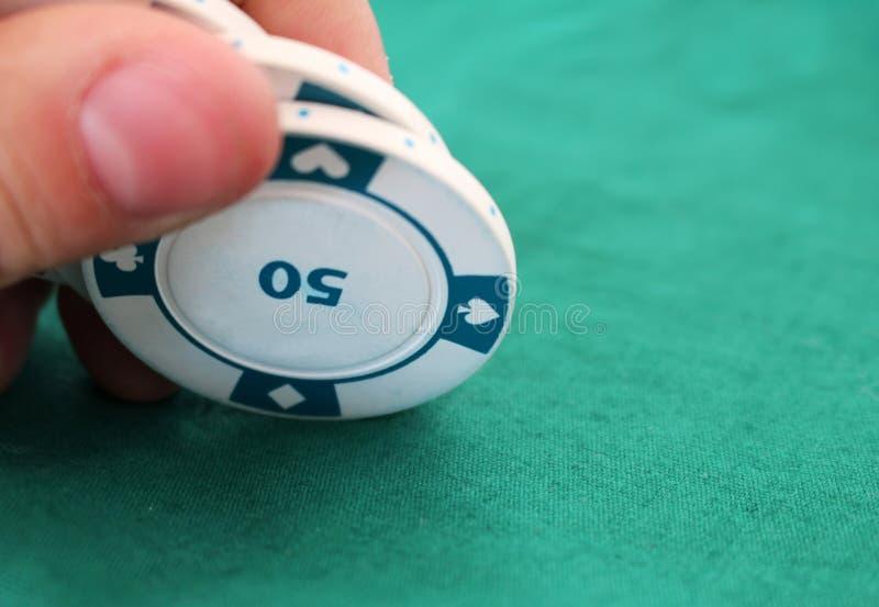 Kaartspel met spaanders in een casino royalty-vrije stock fotografie