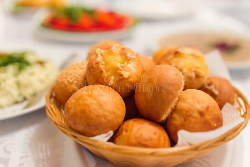 Kaas bedekt broodbroodje stock fotografie