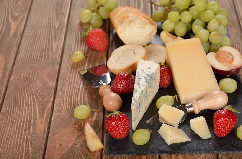Kaas, druiven en fruit stock afbeelding