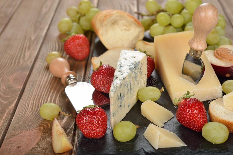 Kaas, druiven en fruit royalty-vrije stock afbeelding
