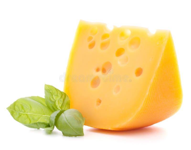 Kaas en basilicumbladeren royalty-vrije stock afbeeldingen