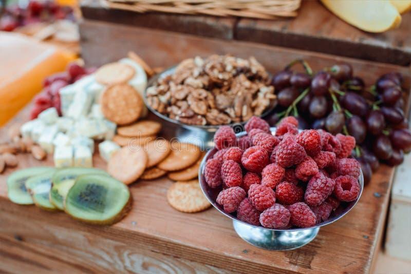 Kaas en vruchten op een prachtig wijnoogst verfraaide lijst royalty-vrije stock afbeeldingen