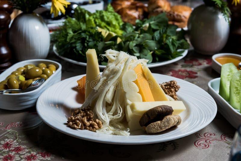 Kaas, fig. en sommige noten stock foto's
