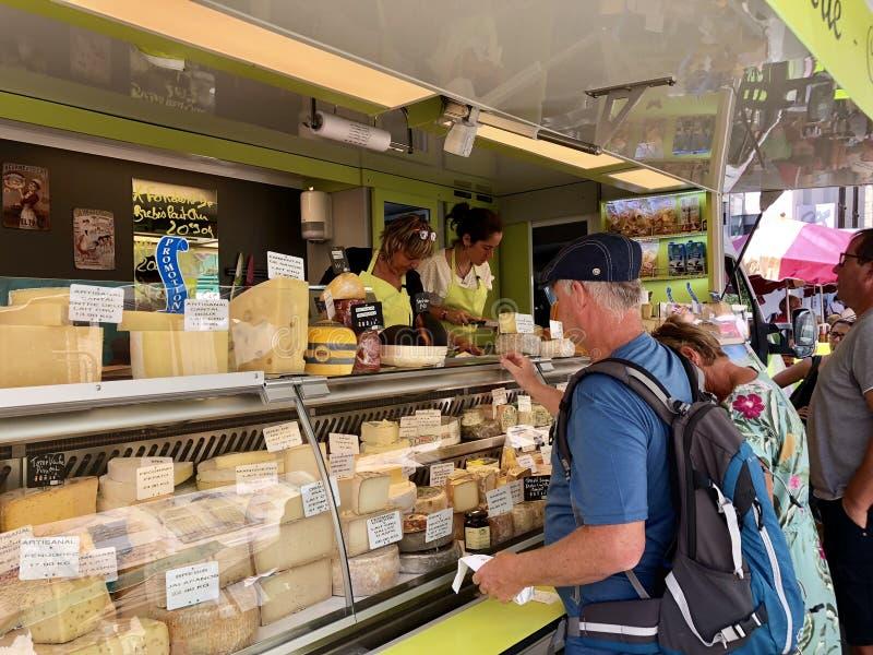 Kaas in Franse markt stock afbeeldingen