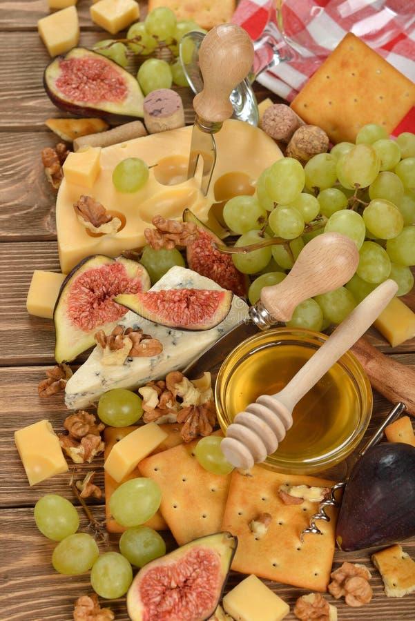 Kaas met druiven, fig. en honing stock fotografie
