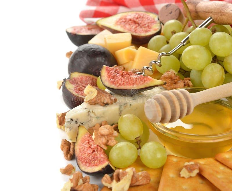 Kaas met druiven, fig. en honing stock foto's