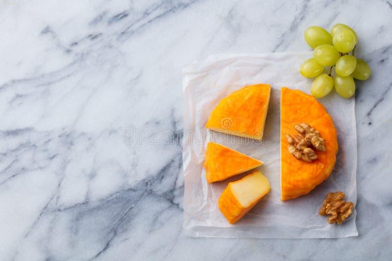 Kaas met gewassen oranje schil en verse druif Marmeren achtergrond Hoogste mening De ruimte van het exemplaar royalty-vrije stock fotografie