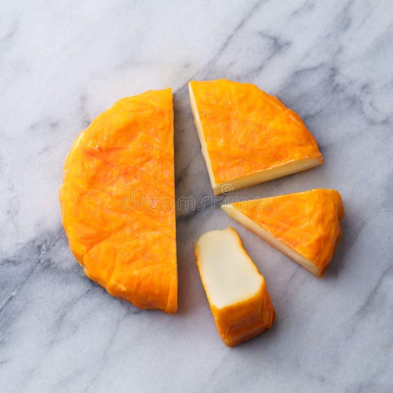 Kaas met gewassen oranje schil Het Frans of het Duits Marmeren lijstachtergrond Hoogste mening royalty-vrije stock afbeeldingen