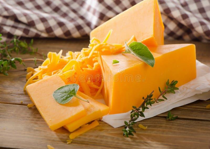 Kaas op een rustieke houten achtergrond stock foto's