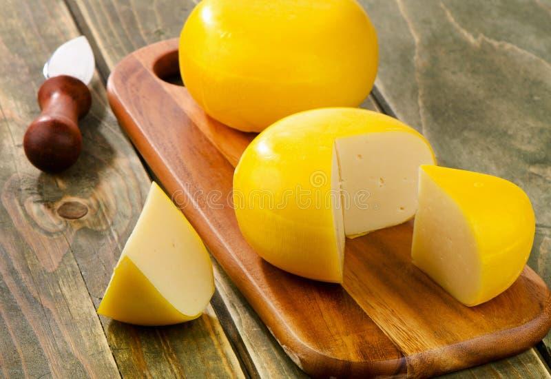 Kaas op een scherpe raad stock fotografie