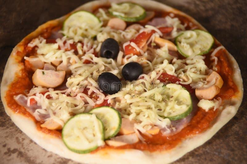Kaas op een vers voorbereide pizza royalty-vrije stock foto