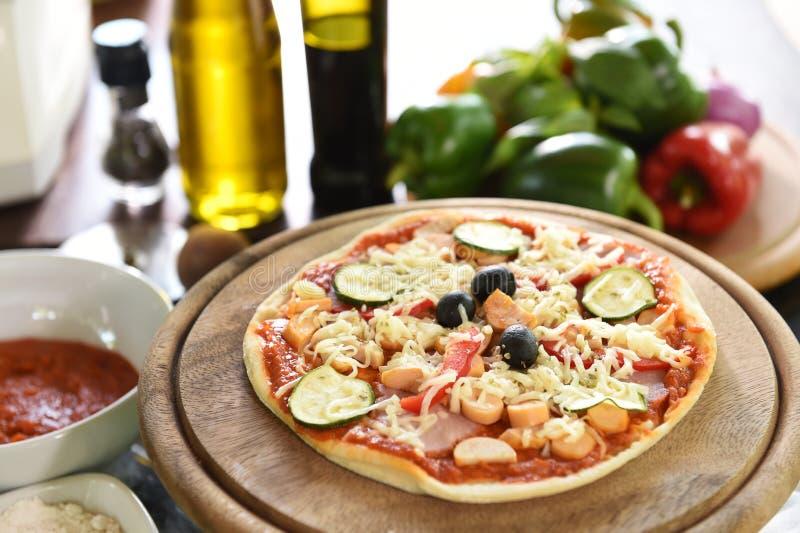 Kaas op een vers voorbereide pizza royalty-vrije stock afbeelding