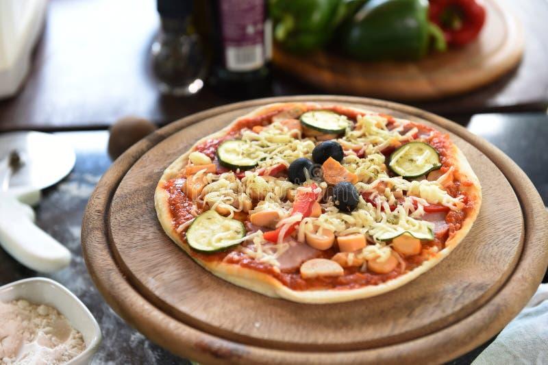 Kaas op een vers voorbereide pizza stock foto