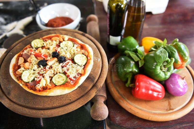 Kaas op een vers voorbereide pizza royalty-vrije stock fotografie