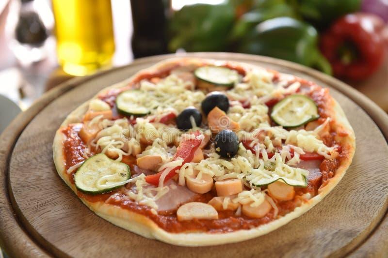 Kaas op een vers voorbereide pizza stock fotografie