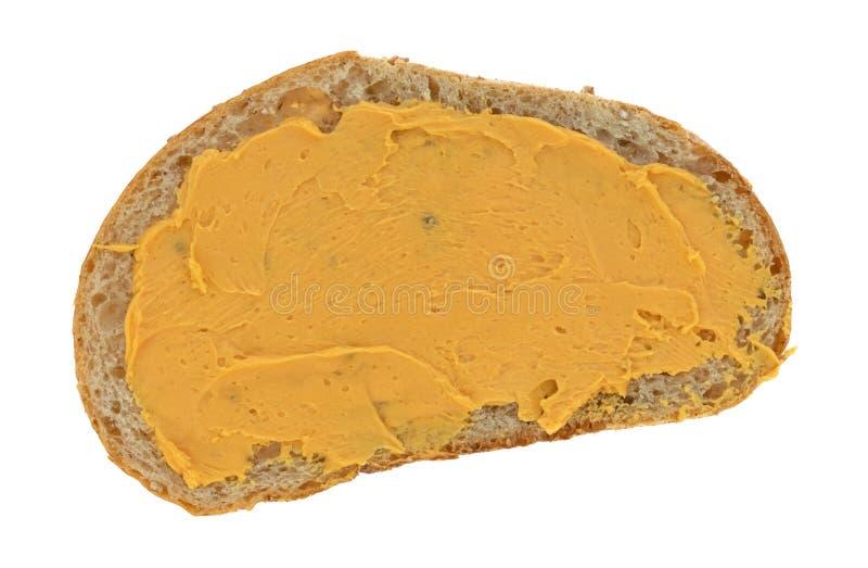 Kaas op tarwebrood dat wordt uitgespreid stock afbeelding
