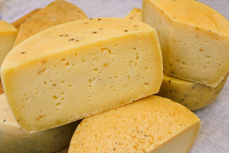 Kaas van verschillend verscheidenhedenclose-up Ecologisch product van melk Harde kaas, zuivelproduct, het koken Het concept gezon stock fotografie