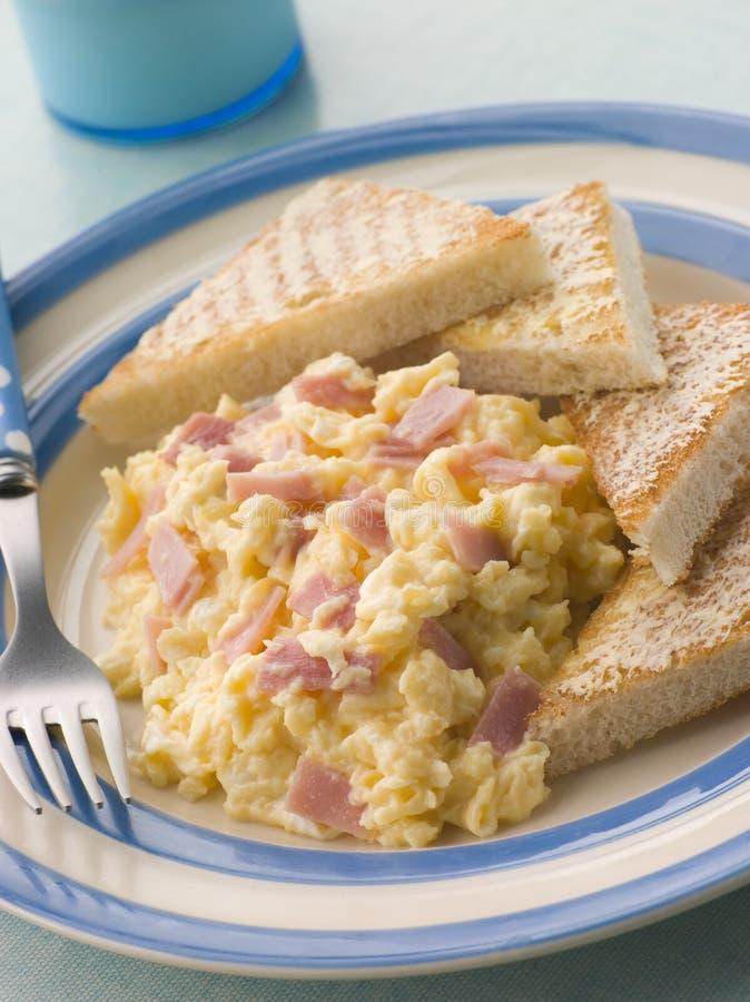 Kaasachtig Scrambled Ei met Ham en Geroosterde Driehoek stock fotografie