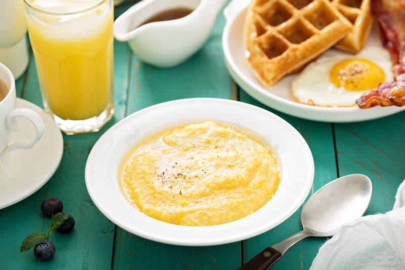 Kaasachtige grutten voor ontbijt stock fotografie
