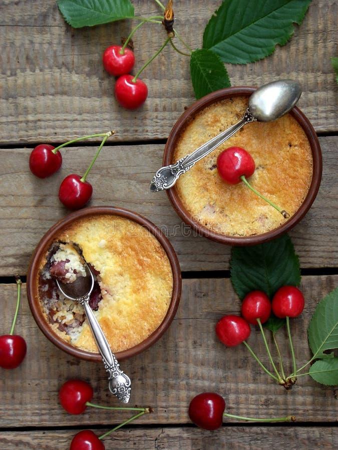 Kaasbraadpan of kruimeltaart met kersen in bruine kop royalty-vrije stock foto
