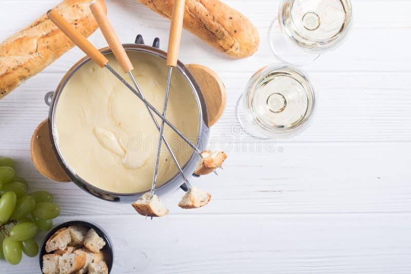 Kaasfondue met broodwijn en druif royalty-vrije stock afbeelding